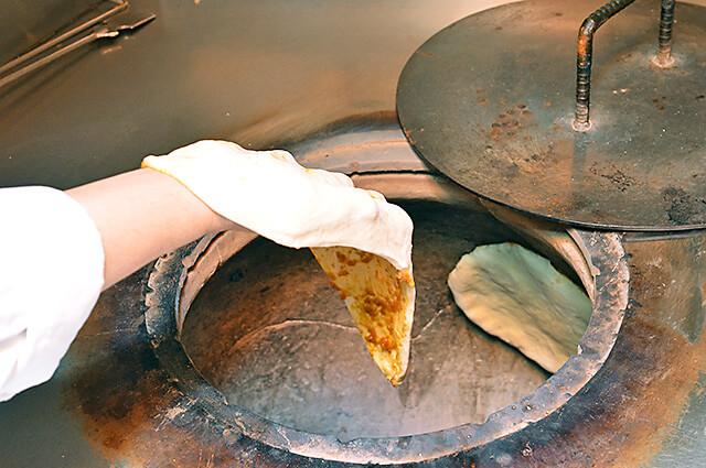タージマハル ガーリックナンとチーズナンを焼いている様子