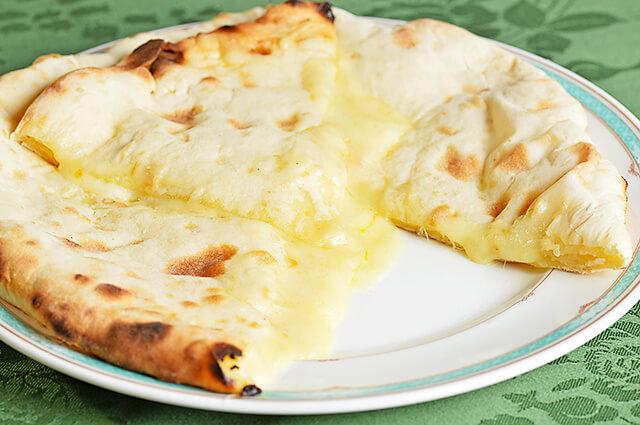 タージマハルのチーズナン