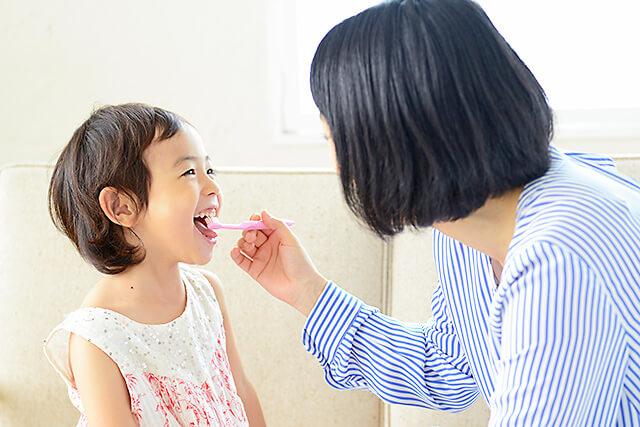 お子さんの歯を磨いているイメージ画像