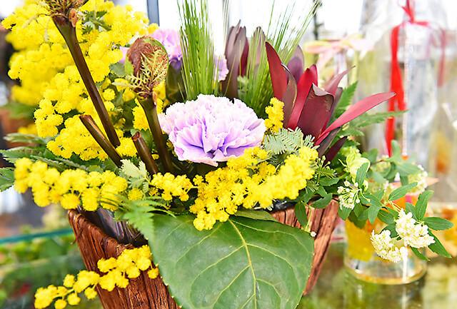 花うさぎ 黄色と紫の花のアレンジメント
