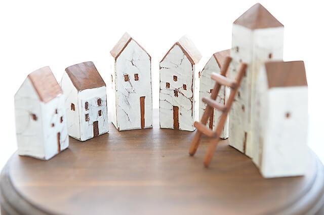 七つ星不動産の飾り棚に飾られた家の形をした飾り