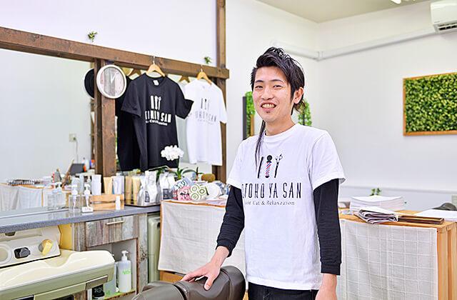 OTOKO YA SAN 内観とおとこやさんのロゴ入りTシャツを着た店長さん