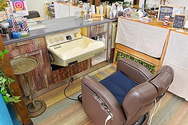 OTOKO YA SAN カット席に備え付けられた前かがみで洗えるシャンプー台