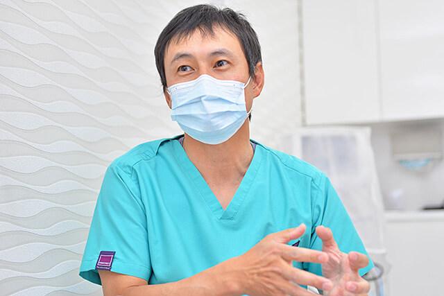 しのざき歯科医院 院長先生がお話ししてくださっている様子