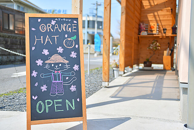 オレンジハット オレンジ色の帽子をかぶった猫のイラストが描かれたかわいいスタンド看板