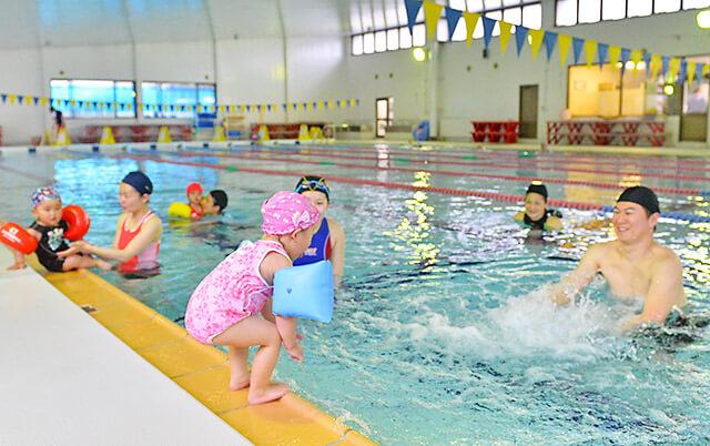 宝木スイミングスクール 親子レッスン後のフリータイムにプールで遊ぶ親子