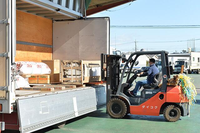 現金問屋ダイコク宇都宮東店 荷物を運ぶフォークリフト
