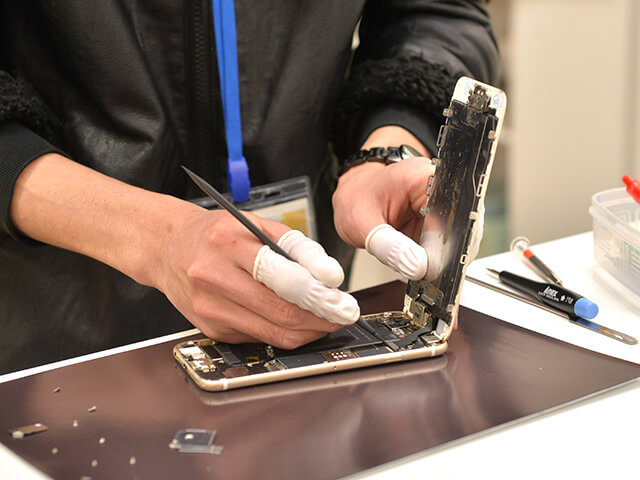 スマップル宇都宮店 iPhone修理の様子